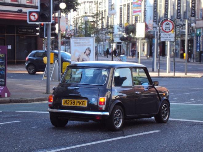 Por que o volante é do lado direito e as pessoas dirigem do lado esquerdo?