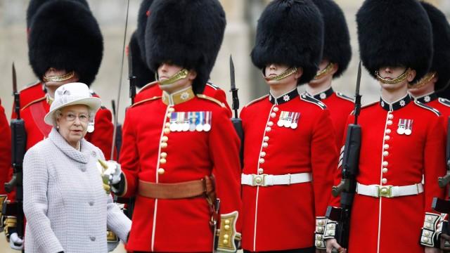 rainha e guardas