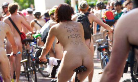 Ciclistas nus em Londres contra o uso exacerbado de carros