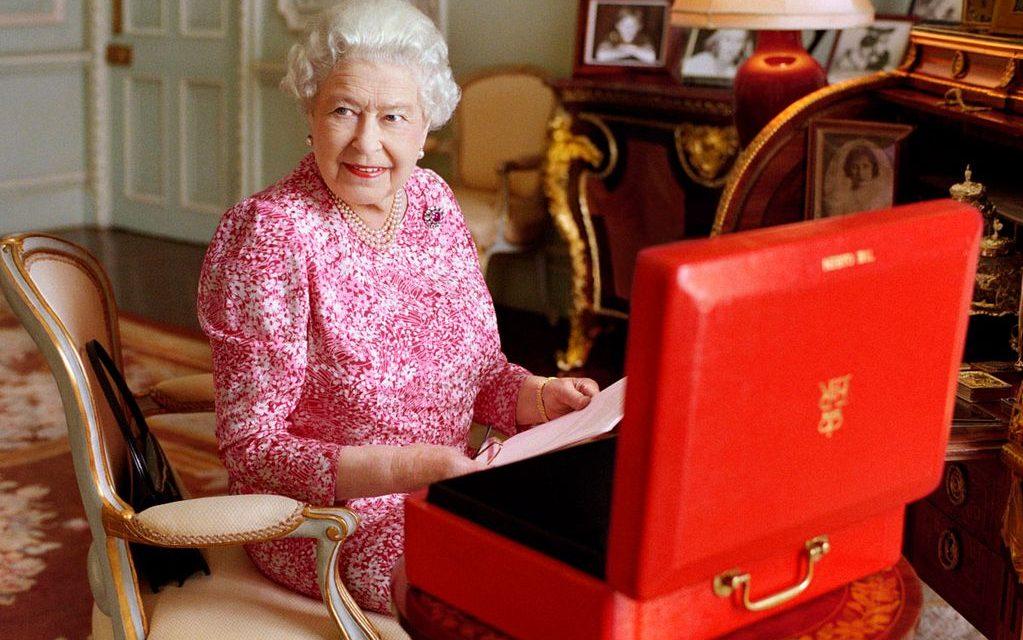 Moda em Londres: O guarda-roupa da rainha retratando as tendências do momento