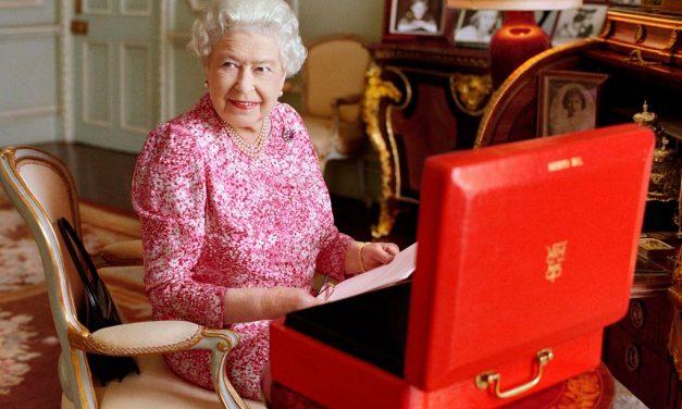 O guarda-roupa da rainha retratando as tendências do momento