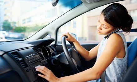 Multa por dirigir e usar o celular no Reino Unido será dobrada