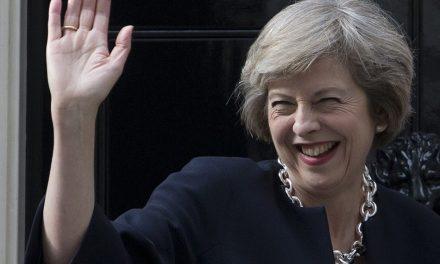 Primeira-ministra britânica Theresa May é alvo de pressão após vazamento de gravações