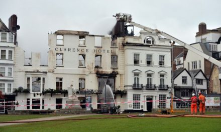 Hotel mais antigo do Reino Unido pega fogo