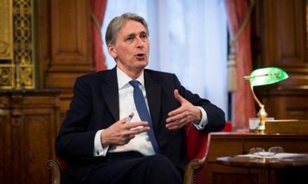Economia do Reino Unido crescerá em ritmo mais lento, diz Hammond