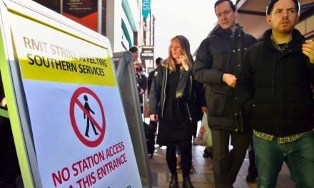 Greve aumenta calvário de passageiros de trens do sul a Londres